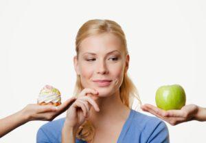 mujer-rubia-dos-opciones-manzana-cupcake
