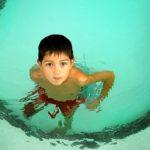 Esto es lo que te pasa si orinas en la piscina