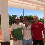 El reciente ganador de Wimbledon en su categoría Junior Alejandro Davidovich con su entrenador Jorge Aguirre y el directivo del club Luiz Azqueta